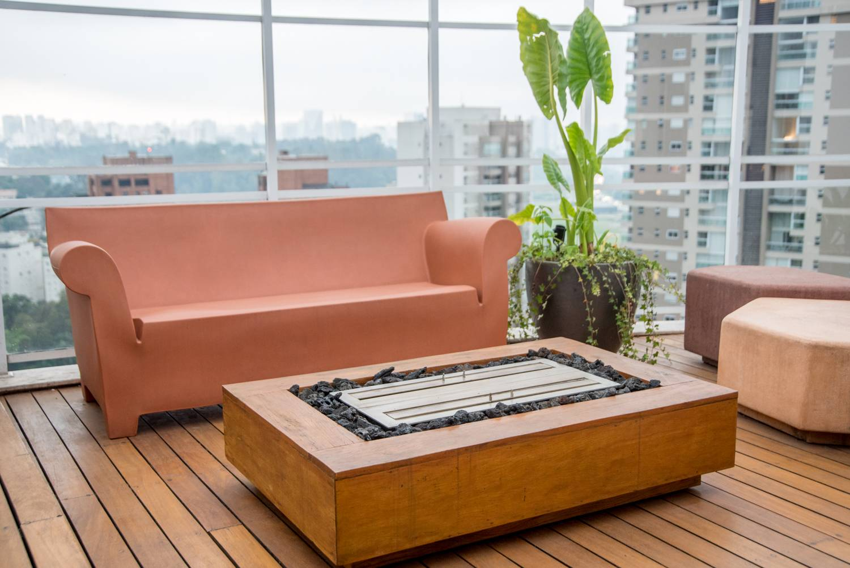 No deck da cobertura, a arquiteta Isabella Nalon previu a execução de uma caixa de madeira para acoplar a estrutura metálica da lareira ecológica. Foto Julia Herman