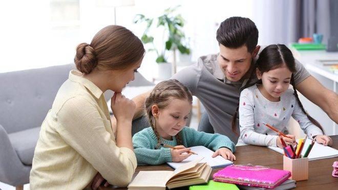 Homeschooling. Pais ensinam as duas filhas