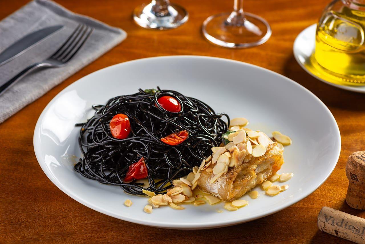 Côngrio rosa com spaghetti al nero de seppia . Foto: Divulgação
