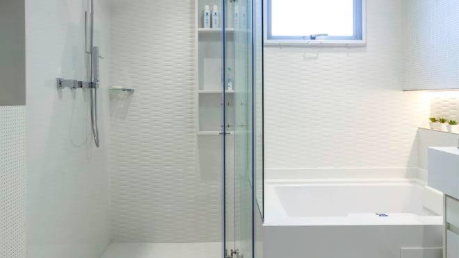 Mesmo no espaço reduzido, a arquiteta incluiu um espaço com ducha confortável e banheira.
