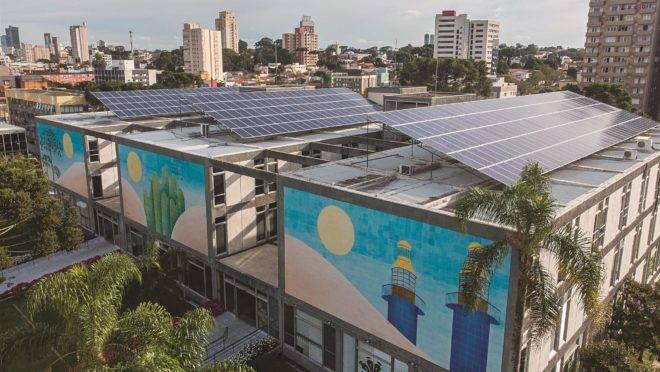 Painéis solares em cima da prefeitura de Curitiba.