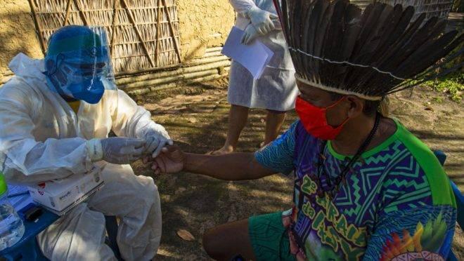 Agentes de saúde realizam teste rápido da Covid-19 na tribo Kunaruara, em Santarém (PA): população indígena é considerada mais vulnerável.