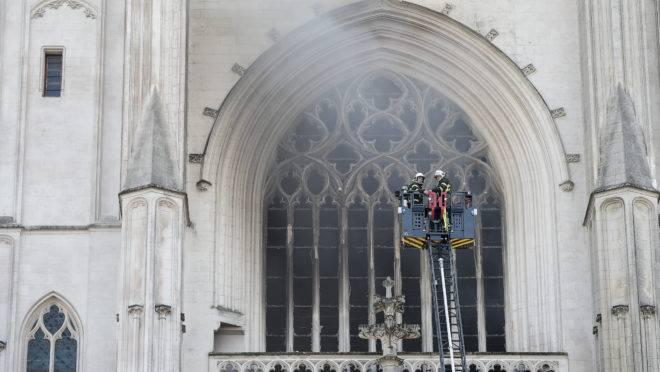 Cem bombeiros ainda estão no local. O incêndio em três pontos diferentes sugere ação criminosa. Órgão de 400 anos foi destruído.
