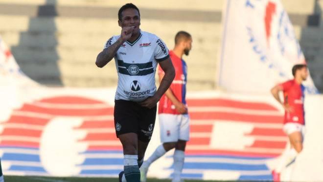 Robson comemora o gol do Coritiba contra o Paraná.