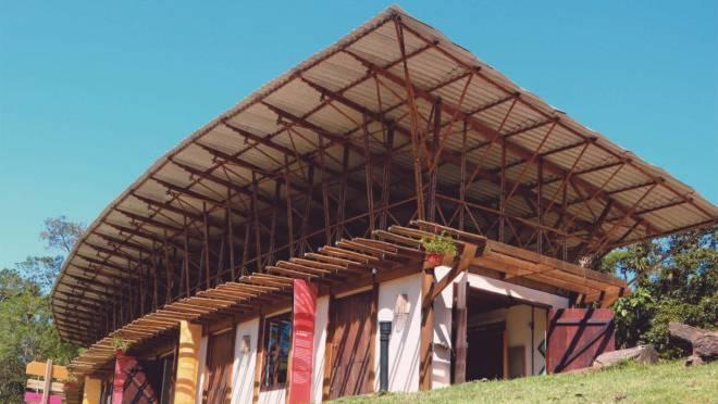 Construção dentro do Ekôa Park, em Morretes, no Paraná. A obra do Sem Muros Arquitetura Integrada se baseia nos conhecimentos tradicionais e na permacultura. Foto:  Tomaz Lotufo