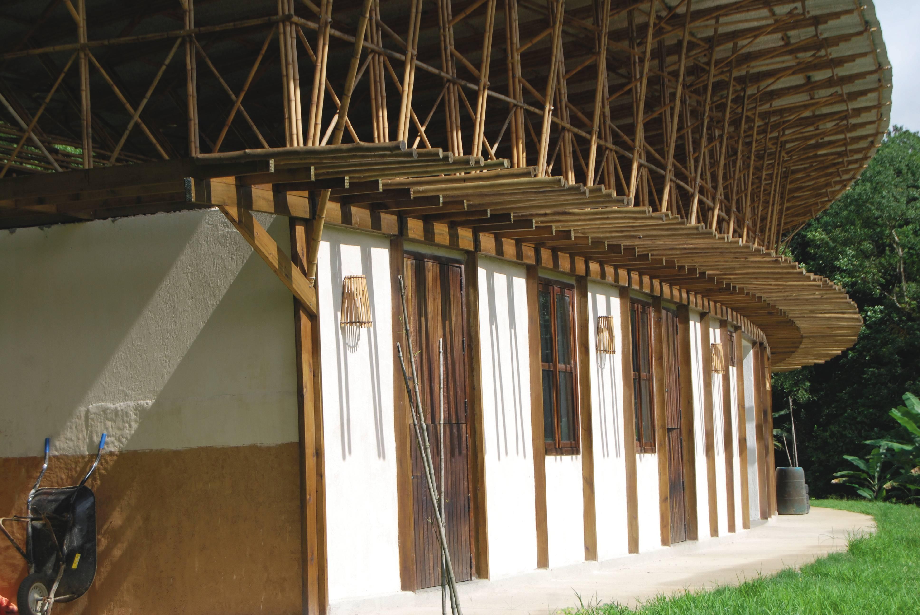 A estrutura da construção dentro do Ekôa Park, em Morretes, é composta por bambu em feixes e treliças, materiais abundantes na região. Foto: Tomaz Lotufo