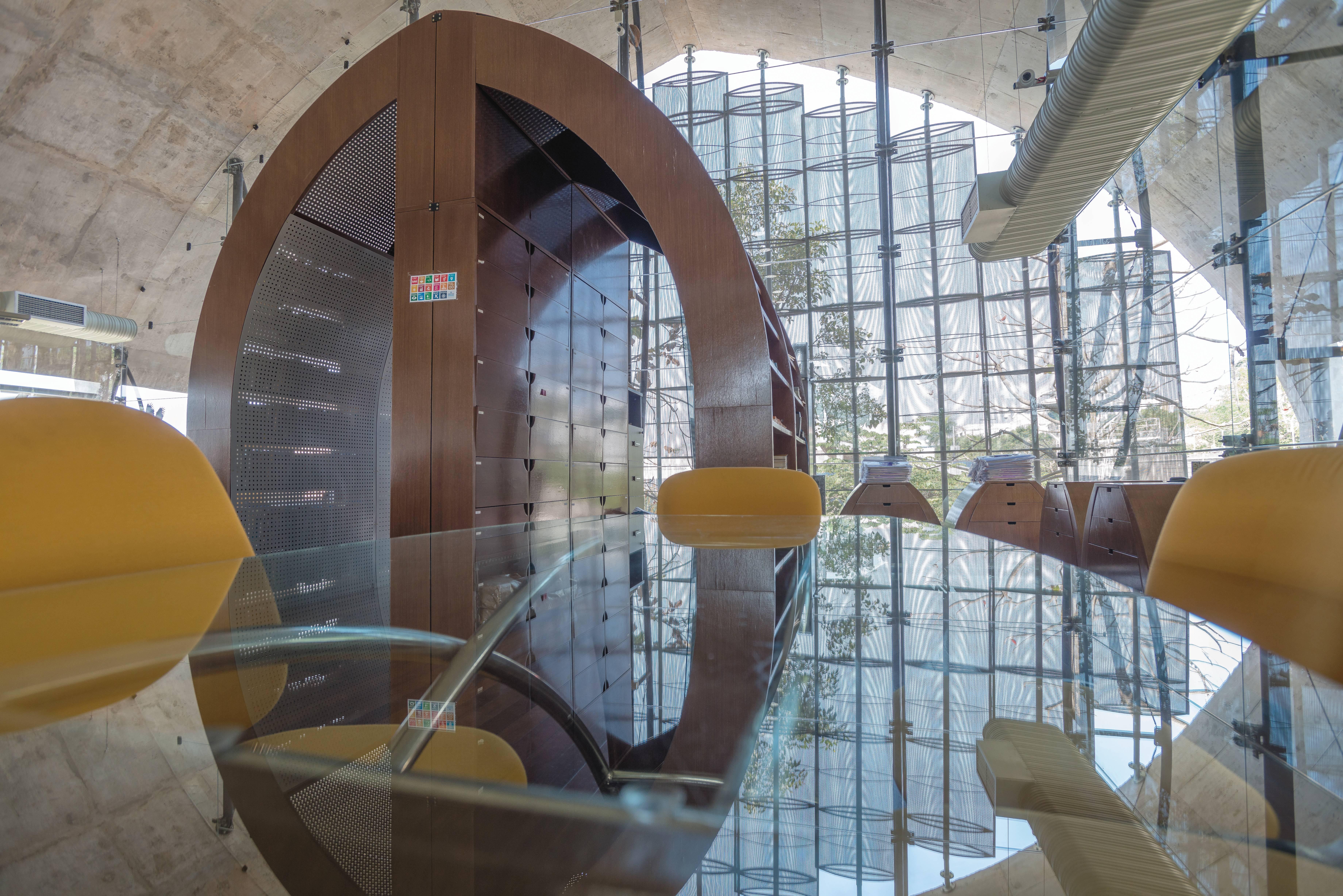 Apesar das paredes em vidro, o edifício tem beirais que mantém a temperatura interna, inspirado nas construções Yawalapit que são exemplares na arquitetura bioclimática. Foto: Centro Sebrae de Sustentabilidade/Wander Lima