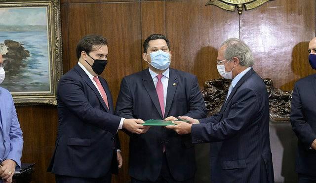 O ministro Paulo Guedes entrega a proposta de reforma tributária do governo a Davi Alcolumbre e Rodrigo Maia.