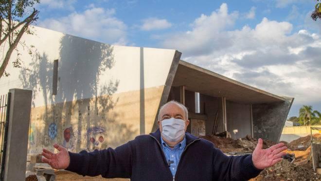 O prefeito de Curitiba, Rafael Greca, em frente a obra de centro cultural.