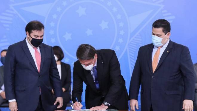 Bolsonaro e os presidentes da Câmara, Rodrigo Maia, e do Senado, Davi Alcolumbre: interesses conflitantes entre Executivo e Legislativo atrasam discussões importantes no Congresso.