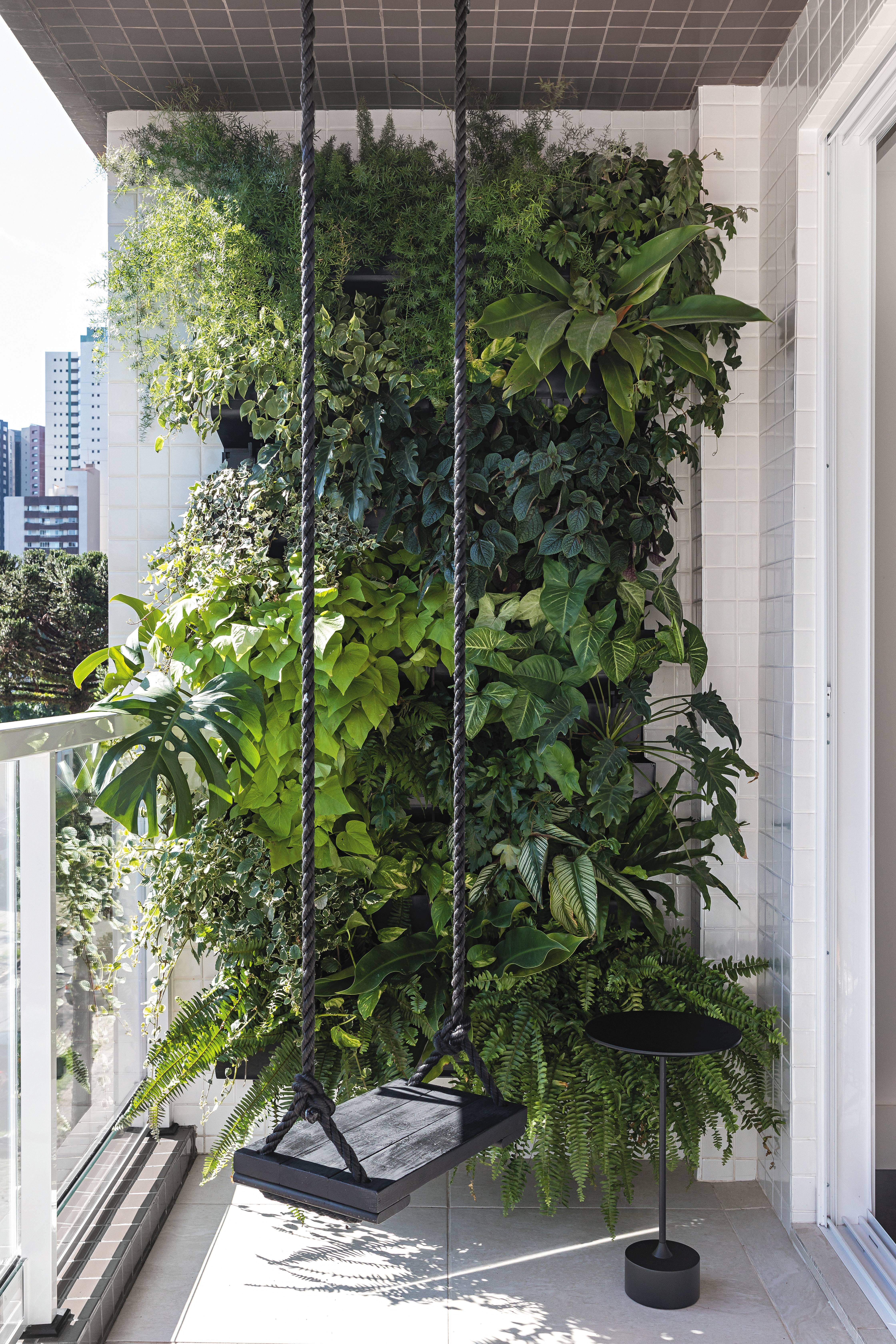 O muro verde remete ao conceito urban jungle e o balanço feito pelos proprietários traz personalidade ao ambiente. Foto: Eduardo Macarios