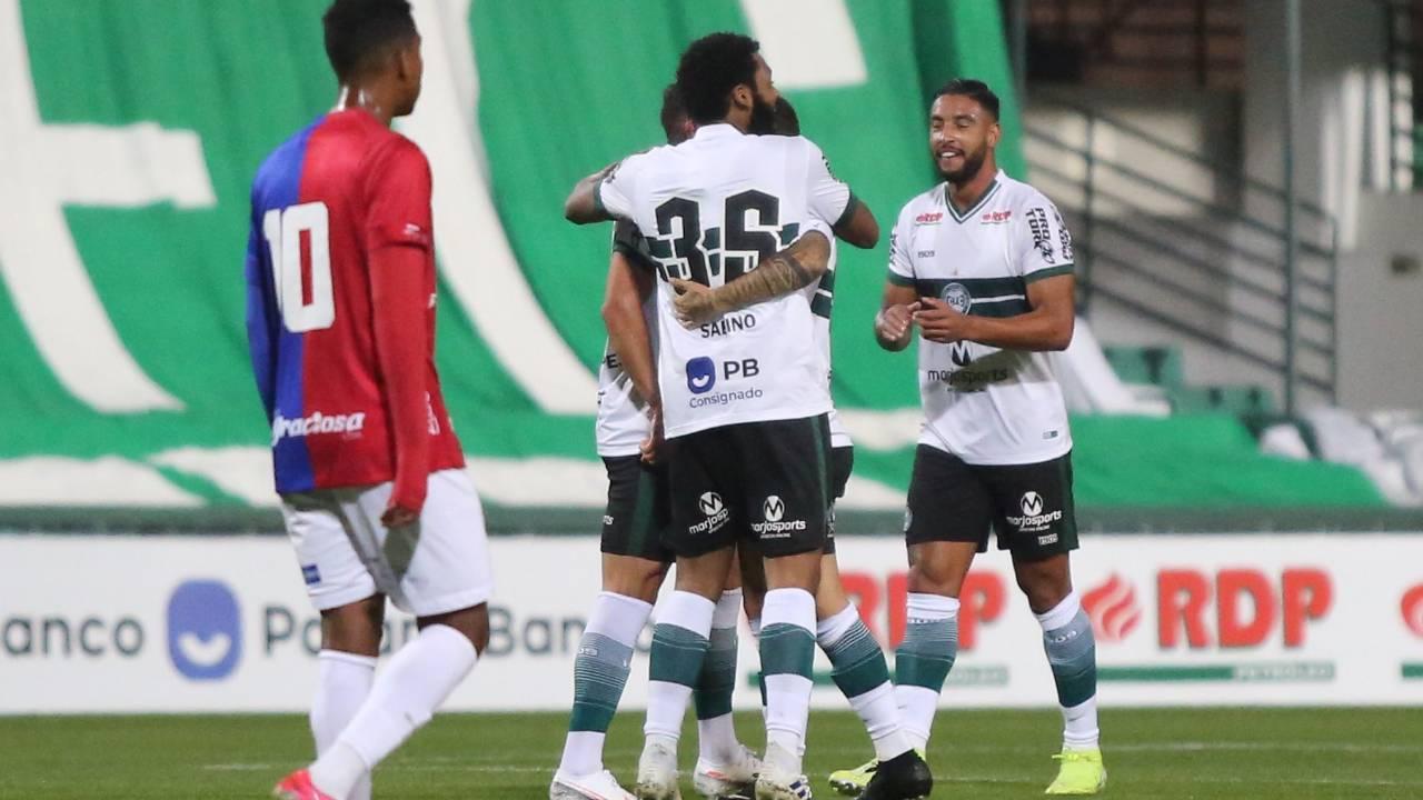 Jogadores do Coritiba comemoram o primeiro gol no jogo.