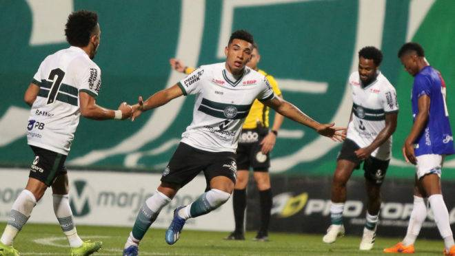 Igor Jesus comemora o segundo gol do Coritiba