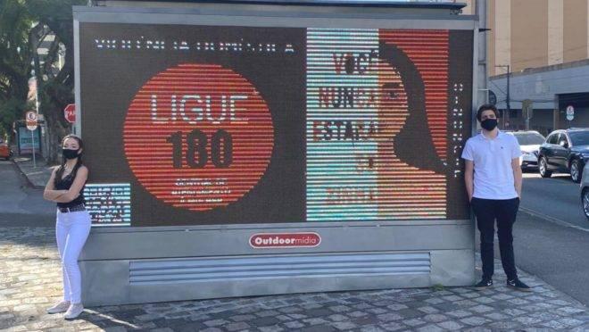 Mesmo com aulas remotas os alunos organizaram a campanha contra violência doméstica e divulgam em cartazes e outdoors