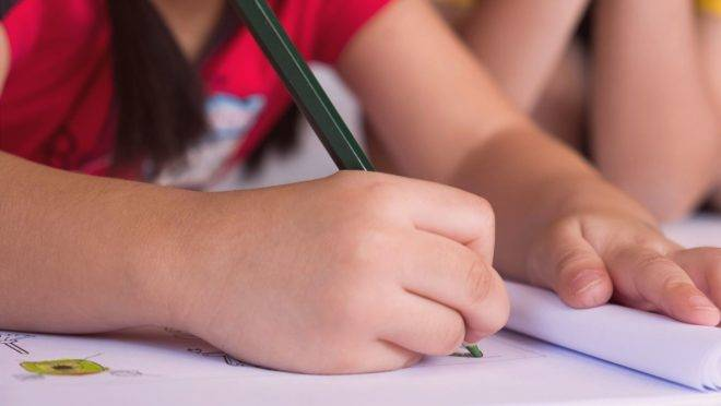 Escrever à mão em vez de só teclar ajuda no desenvolvimento de capacidades relacionadas à linguagem, memória, atenção e planejamento