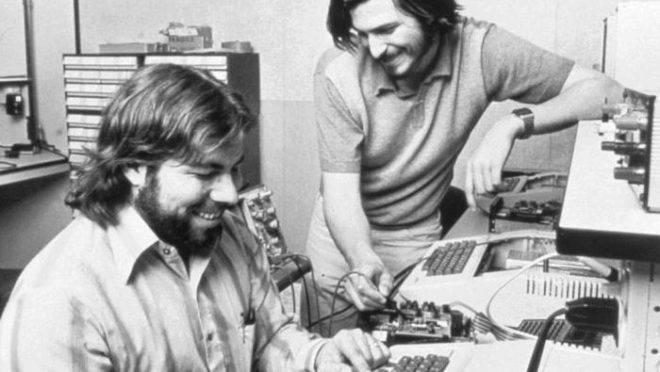 Os cofundadores da Apple, Steve Wozniak e Steve Jobs , em 1976.