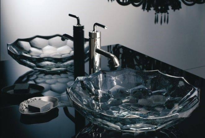 Cuba em vidro Briolette, da Kohler, tem forma lapidada inspirada nas pedras preciosas. Foto: Divulgação