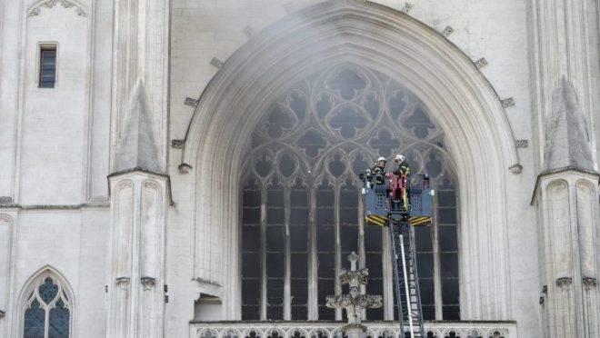 Vitrais e um órgão de 400 anos foram destruídos pelo incêndio no último dia 18 de julho.