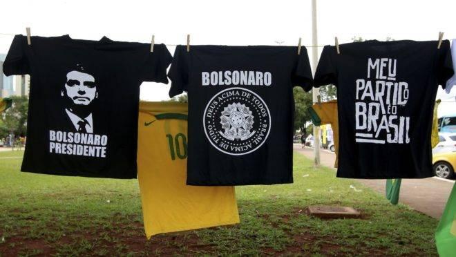 Camisetas de apoio a Jair Bolsonaro: pesquisa aponta intenções de voto para reeleição do presidente.