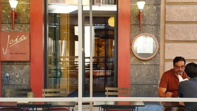 O estrelado restaurante vegetariano Joia se rendeu às mesas ao ar livre