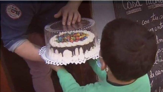 O chileno Mauricio Pérez ficou sabendo que o filho de um vizinho havia desenhado seu bolo em um pedaço de papel para cantar parabéns e aquilo partiu seu coração.