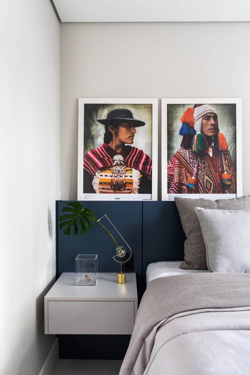 No dormitório, pontos de cor aparecem nos retratos e na cabeceira da cama. Foto: Eduardo Macarios/Divulgação