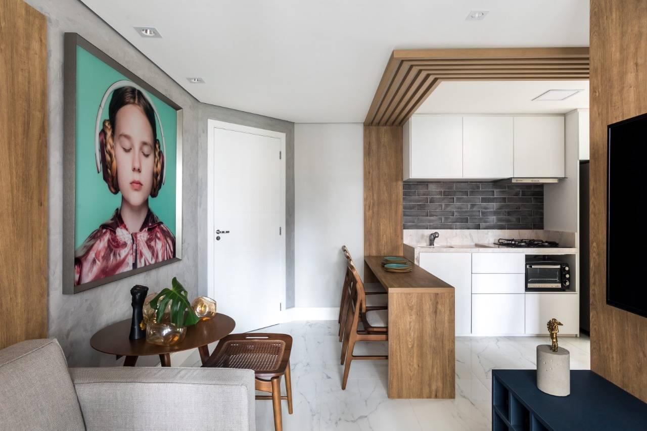 Pérgolas em madeira delimitam visualmente o espaço da cozinha. Foto: Eduardo Macarios/Divulgação