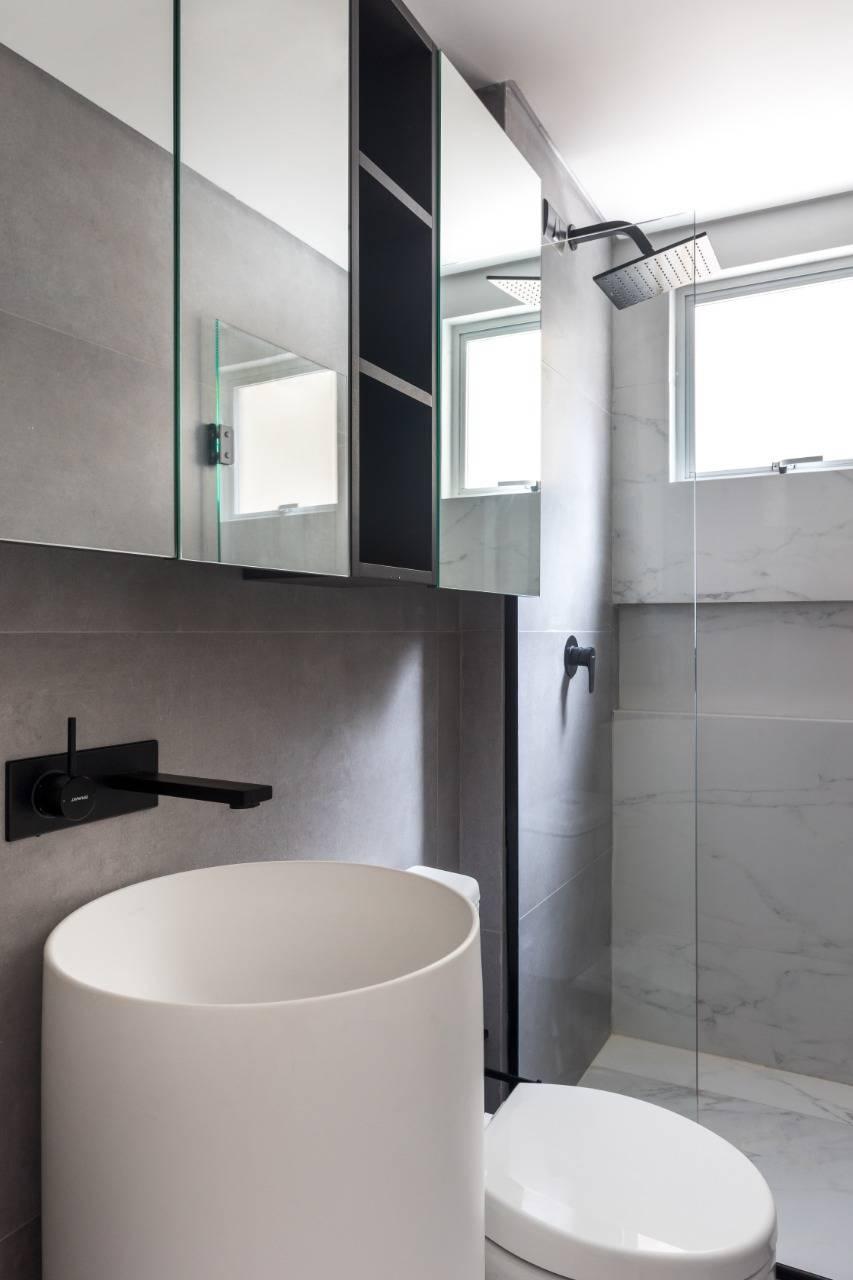 Cuba de piso foi solução à bancada no banheiro. Foto: Eduardo Macarios/Divulgação