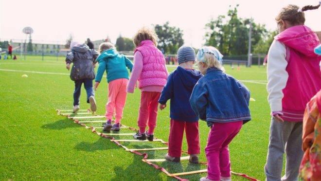Quando crianças mais novas convivem com mais velhas elas aprendem a administrar diferenças e a viver em comunidade