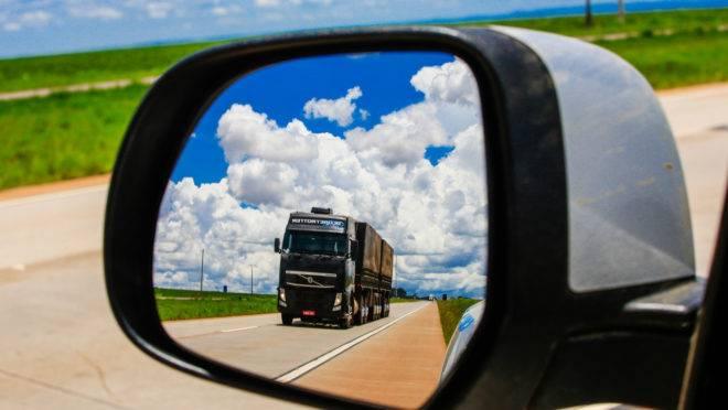 Caminhão rodando em estrada brasileira.