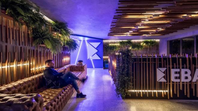 Nova recepção da fintech curitibana Ebanx é assinada pelo arquiteto Giuliano Marchiorato. Foto: Eduardo Macarios/Divulgação