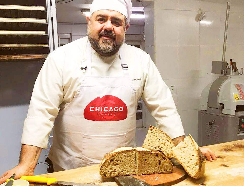 Rodrigo Santiago, da Chicago Bakery, e um exemplar do pão de campanha arrematado no leilão.