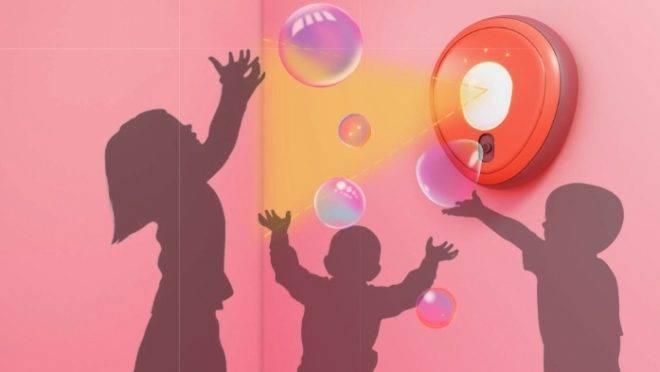 Dispositivo que libera automaticamente desinfetante líquido em forma de bolhas de sabão para crianças é um dos finalistas do prêmio Jump the Gap da espanhola Roca. Imagem: divulgação