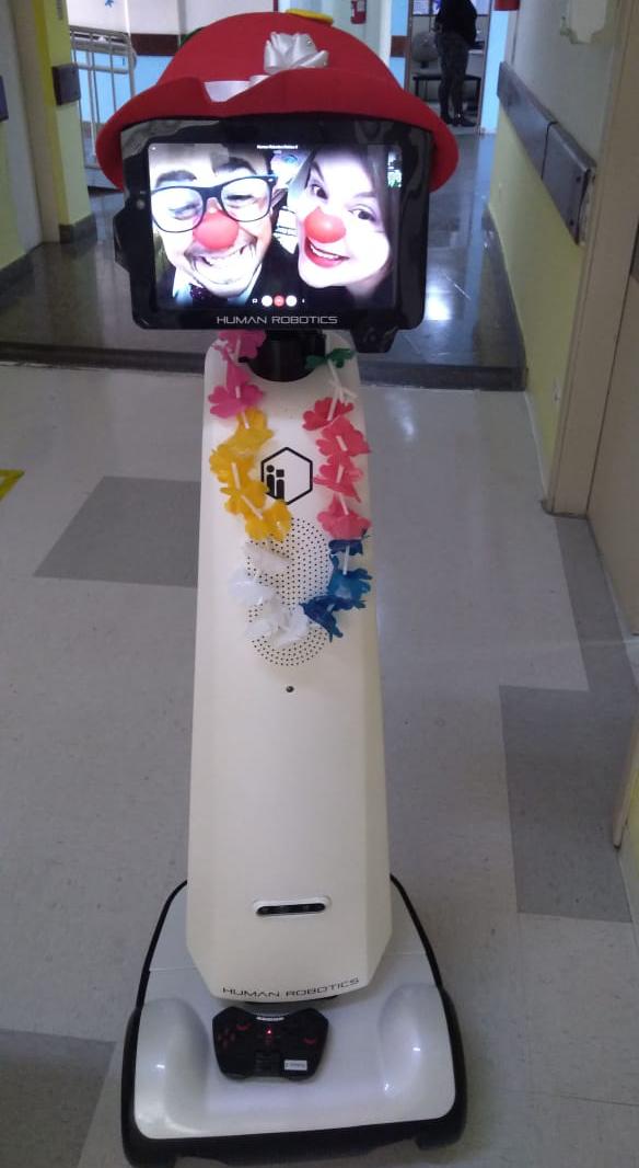 Robô sendo usado por equipe de palhaços voluntários. Crédito: Divulgação