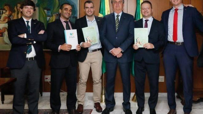 """Da esquerda para a direita: Anthony Tannus Wright, Wiliam Cunha, Eduardo Sallenave, o presidente Jair Bolsonaro, Carlos Nadalim e Fábio Gomes. Equipe tem sido rotulada de """"ideológica"""" e """"inoperante""""."""
