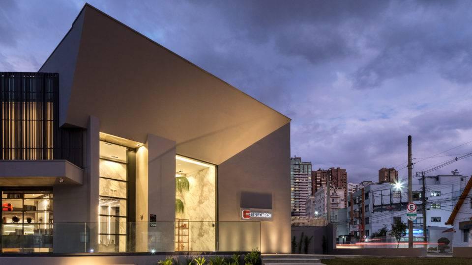 Tradicional marca gaúcha de esquadrias e revestimentos inaugura loja em Curitiba