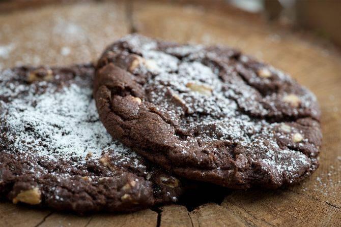 Adicione nozes tostadas ou assadas aos cookies. Foto: Pixabay.