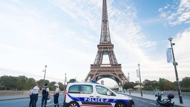Posto de controle da polícia francesa próximo à Torre Eiffel