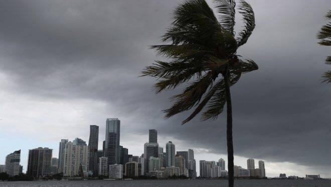 Nuvens se formam sobre Miami enquanto o furacão Isaias se aproxima da costa leste da Flórida, EUA, 1 de agosto. O furacão deve passar pela região nas próximas 24 horas