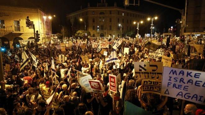 Manifestantes, usando máscaras para evitar o novo coronavírus, protestam contra o governo israelense em Jerusalém, 1 de agosto