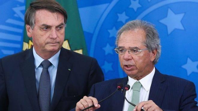 Presidente Jair Bolsonaro e ministro da Economia, Paulo Guedes, em coletiva de imprensa em 1.º de abril de 2020 sobre impactos da pandemia na economia brasileira.