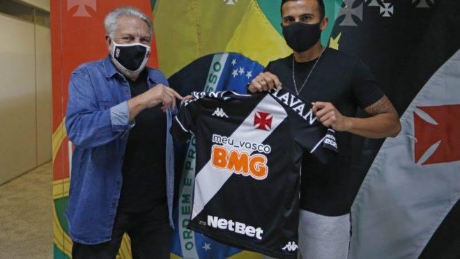 Guilherme Parede com a camisa do Vasco.
