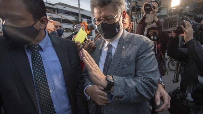 Usando máscara de proteção contra o coronavírus, Álvaro Uribe deixa o prédio da Suprema Corte da Colômbia, em Bogotá, em 4 de agosto de 2020.