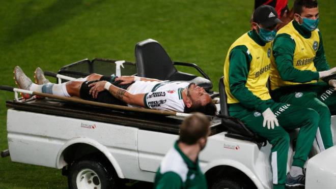 Meia Rafinha deixou o gramado ainda no primeiro tempo do Atletiba: meia teve fratura na perna confirmada na sequência.