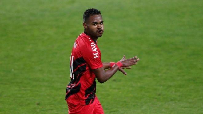 Nikão marcou um golaço para virar a partida contra o Coritiba