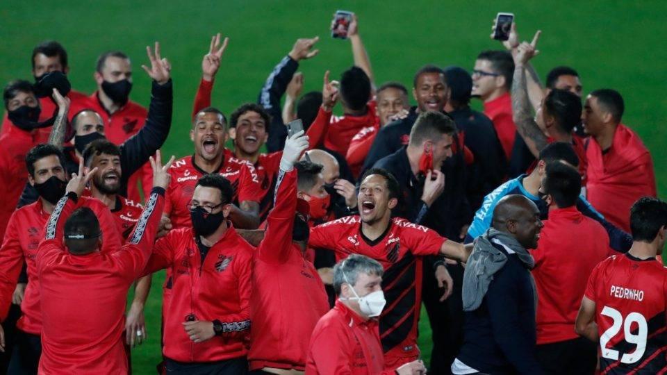 Gols no fim mostram que Athletico ainda venta mais forte, mesmo com o Coritiba próximo