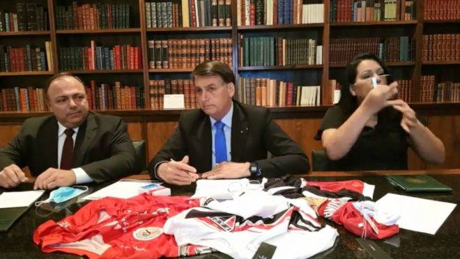 """Estamos chegando a 100 mil mortes; vamos tocar a vida"""", diz Bolsonaro"""