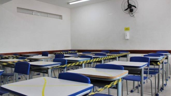 Imagem mostra sala de aula com espaçamento entre carteiras para garantir o distanciamento social dos alunos por causa do risco de contágio do coronavírus.