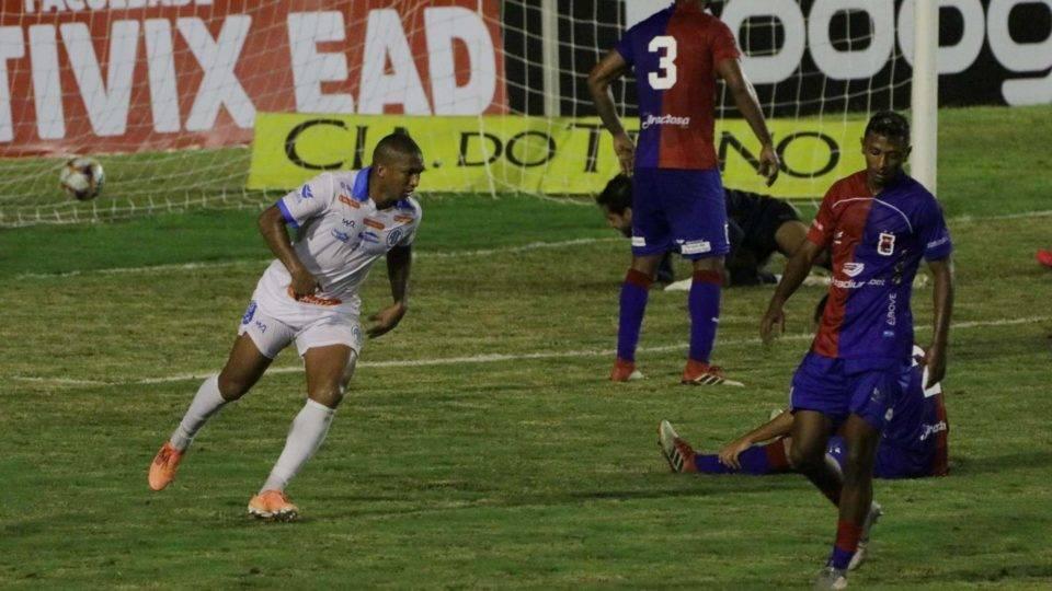 Paraná abre dois sobre o Confiança, mas cede empate no último minuto