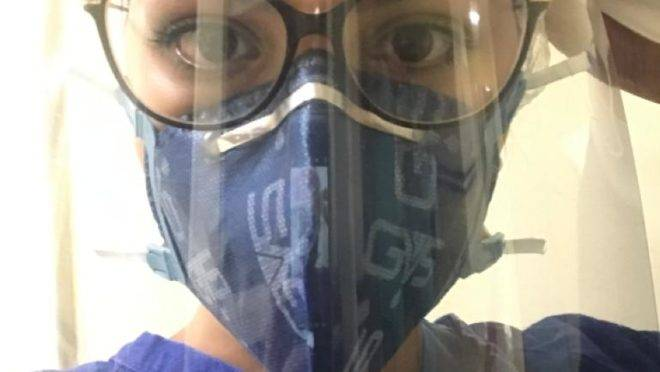 Foto de fisioterapeuta que trabalha nas UTIs de COVID 19, em Curitiba PR